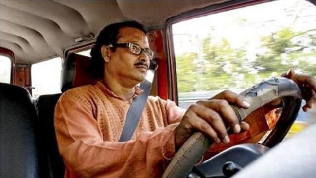 - Ban tổ chức giải Manush Mela đã xác minh cách lái xe có một không hai của ông, qua đó giúp ông nhận giải Manush Sanman vì những nỗ lực của mình.