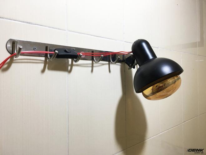 Các bạn cần lắp bằng đèn ở ví trí mà vòi hoa sen không tới. Để tránh làm chập đèn hay nguy hiểm cho chúng ta trong quá trình tắm. Chú ý này cũng cần được tuân thủ với các loại đèn sưởi nhà tắm thông thường.