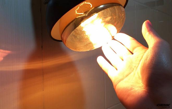 Nhiệt độ tại bóng đèn hồng ngoại tỏa ra rất lớn.