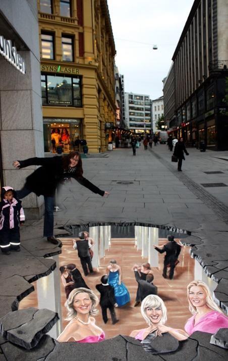 Coi chừng bước hụt! Bạn sẽ bị rớt xuống phòng hòa nhạc bên dưới! Tác phẩm khiến nhiều người đi đường phải giật mình và có lẽ sẽ tìm cách né khu vực 'đất sụt', được thể hiện tại khu phố đi bộ trung tâm trong chiến dịch cổ động chống bệnh AIDS năm 2009 tại Oslo, Nauy.
