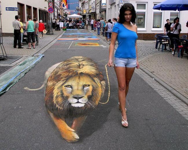 Dắt sư tử ra đường kiểu này, trông bạn vẫn không kém phần phong cách mà lại không hề gây mất an toàn cho người đi đường, phải không? Đây là tác phẩm thú vị tại lễ hội đường phố ở Rio Verde, Bồ Đào Nha.
