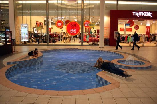 'Hồ bơi' ở Lodz, Ba Lan. Các thực khách ngồi trong những cửa hàng xung quanh nhìn ra chắc cũng không khác gì ngồi ngắm hồ bơi thật là bao.