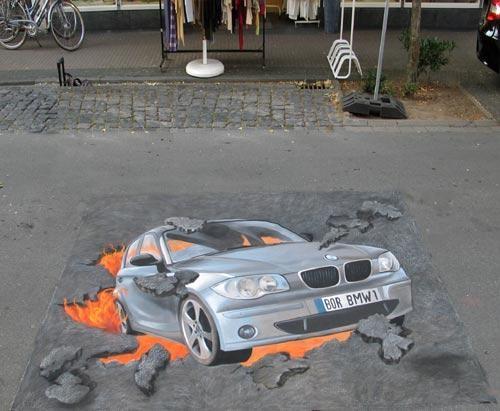Một chiếc xe bị rớt xuống ổ voi? Không, đây chỉ là tác phẩm tranh đường phố tại Đức