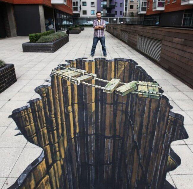 Coi chừng hố sâu trước mắt! Bức tranh quá chân thực của nghệ sĩ Ropey Bridge tại London, Anh khiến nhiều người đi qua cũng hốt hoảng né xa xa miệng 'hố' và cười vui.