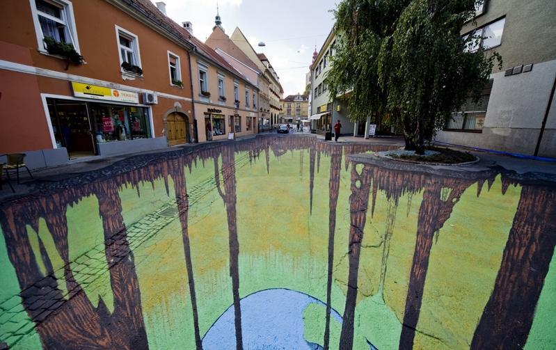 Tác phẩm hang động kì lạ này nằm trên một con phố ở Ptuj, Slovenia do nghệ sĩ Edgar Mueller 'tạo ra'.