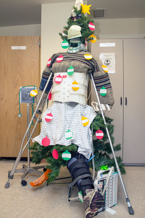 Và cây thông ở trong bệnh viện cũng trở thành 'bệnh nhân'.