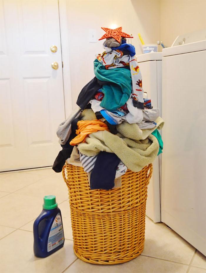 """Quần áo bẩn qua Noel giặt cũng được, giờ cứ gọi đống đồ này là """"cây thông"""" đã"""