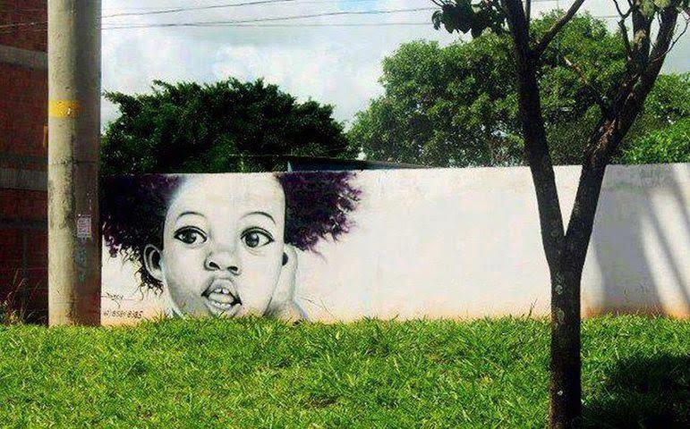 Nghệ thuật đã giúp bức tường trắng và cây xanh đứng một góc đơn điệu này trở thành một tác phẩm 'biết nói'.