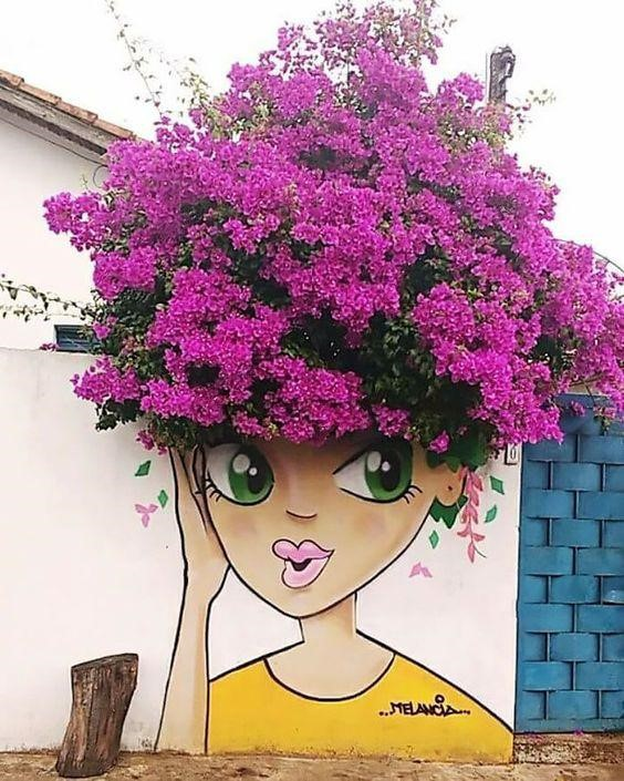Chùm hoa giấy trước hiên nhà cũng trở nên đặc biệt hơn, kiêu hãnh hơn khi được nghệ sĩ hoàn thiện thêm gương mặt.