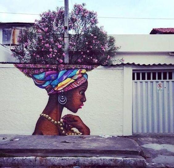 Không giống như các 'cô gái' khác thường mang tóc cây, 'cô gái' ở góc phố ấn tượng này đang đội trên đầu những nhành cây đầy hoa.