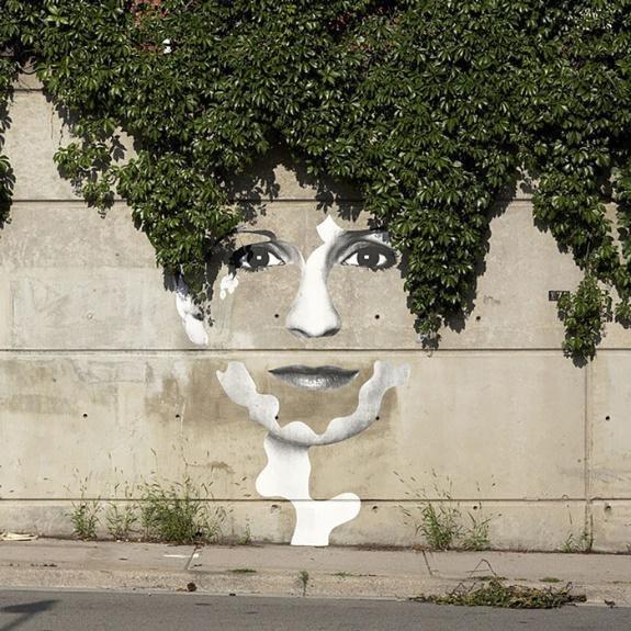 Cây leo tường được phác họa thêm những nét vẽ giản dị, bỗng trở nên một lời tâm sự. Khi thực hiện các tác phẩm nghệ thuật đường phố như thế này, các nghệ sĩ cũng luôn gắn kết tác phẩm để hài hòa với bối cảnh và môi trường xung quanh.