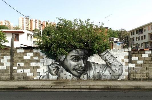 Nhờ nghệ thuật, một bờ tường cũ kĩ giờ đây biến thành một chứng nhân, một tác phẩm mà chắc hẳn ai đi xa đều cũng nhớ về.