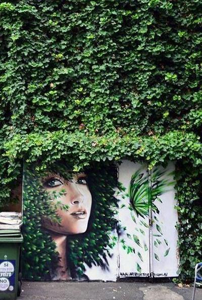 Bờ tường này vốn là bãi rác của khu phố, đã được các nghệ sĩ biến hóa để trở nên lãng mạn hơn và trong trẻo hơn.