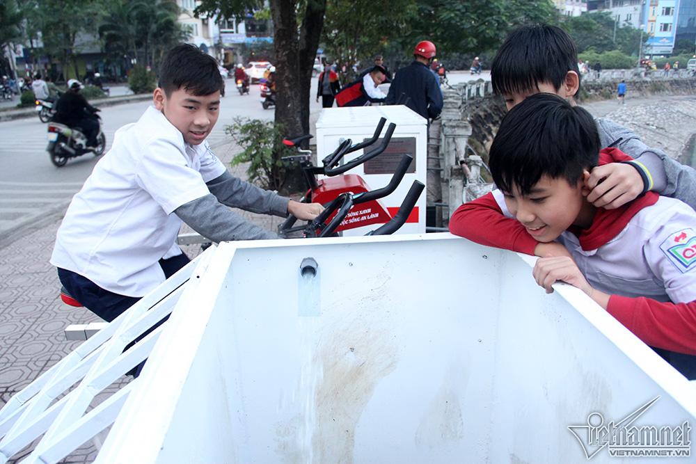 Nước bẩn dưới hồ sẽ được bơm trực tiếp lên bể lọc với 2 máy hai bên.Hai vòi xả gắn phía dưới tự động đưa nước đã lọc trở lại