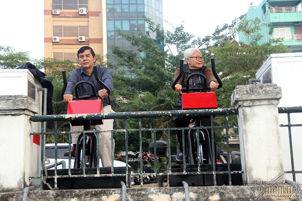 Những chiếc xe đạp tập thể dục lọc nước vừa được lắp đặt tại hồ Hoàng Cầu khiến nhiều người qua lại tò mò dùng thử