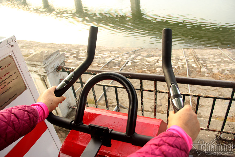 Tay vịn của máy hướng ra hồ giúp người đạp có cảm giác khoan khoái