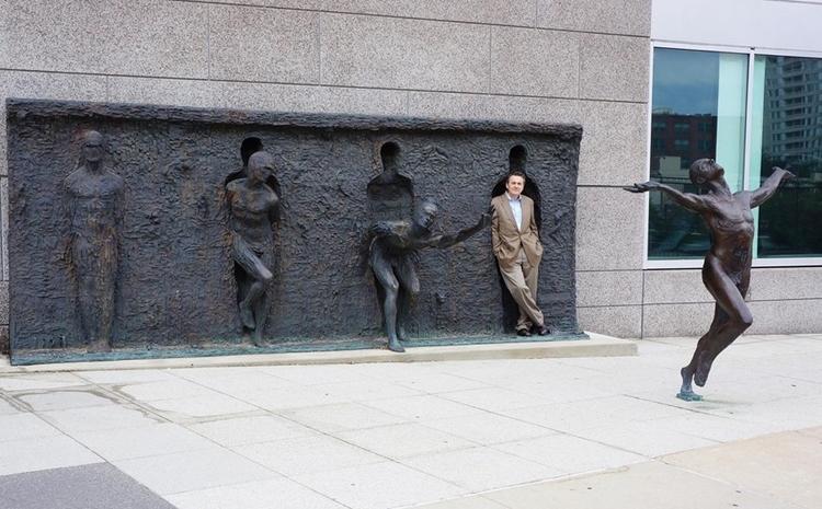 Bước ra từ khuôn đúc – tác phẩm sáng tạo và táo bạo do nghệ sĩ Zenos Frudakis thực hiện tại Philadelphia, Pennsylvania, Mỹ