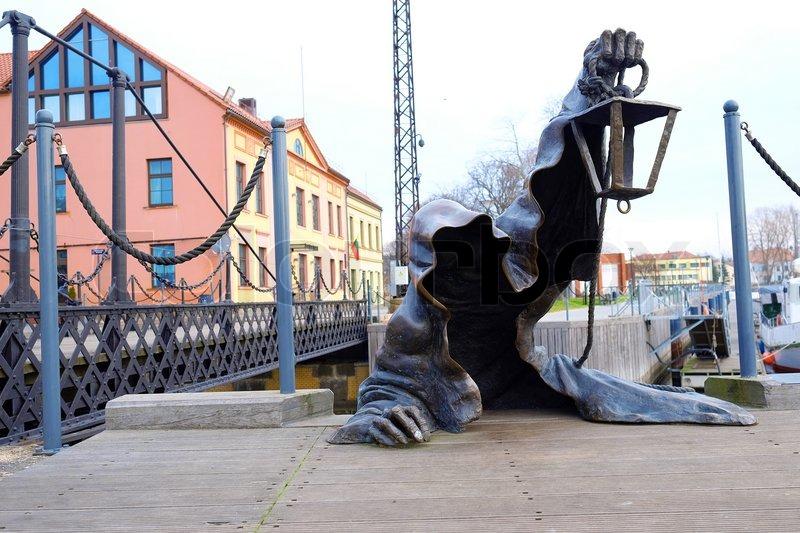Hồn ma đang lên bờ?  Bức tượng này đã tồn tại hơn chục năm ở Klaipeda, Lithuania. Có lẽ hồn ma cứ đứng mãi không lên được bờ nên người qua đường bây giờ chỉ thấy thú vị, không sợ hãi chút nào nữa.