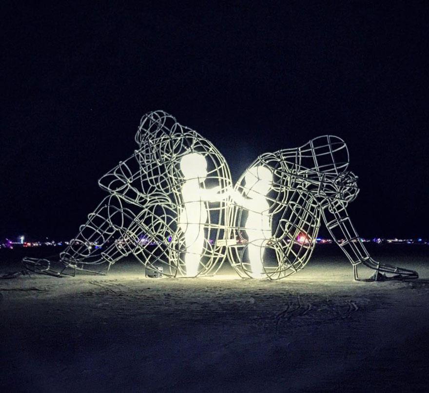 Trong sâu thẳm mỗi người lớn đều là những em bé tinh khôi và hướng về nhau, hướng về con người. Tác phẩm được đặt tên là 'Tình yêu' của nghệ sĩ Alexander Milov tại Ucraina.