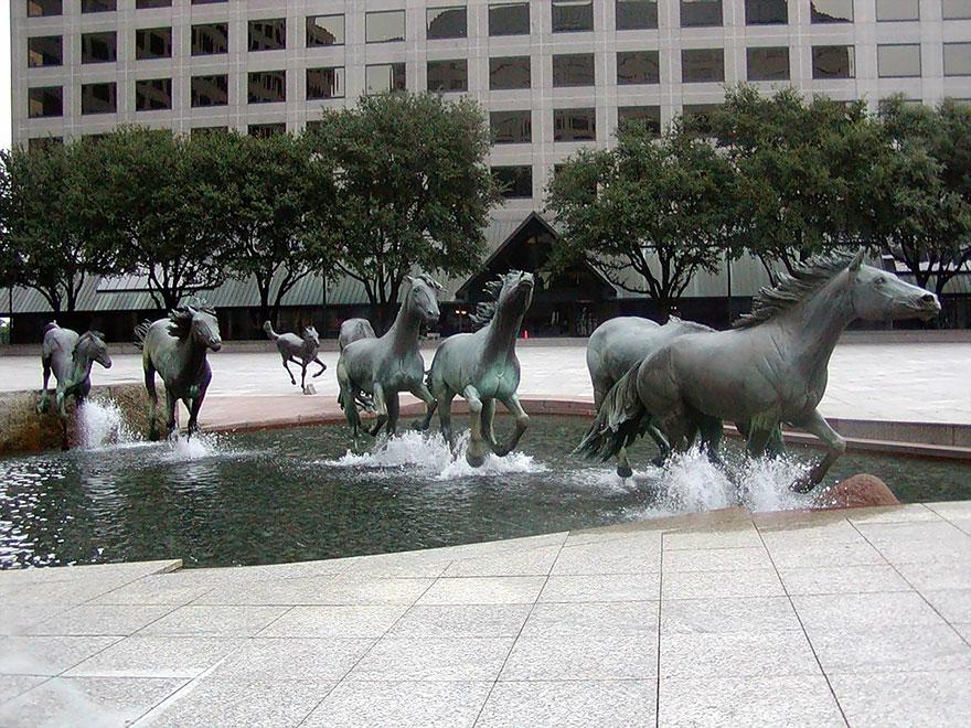Đàn ngựa qua sông – tác phẩm tượng điêu khắc tại bang Texas, Mỹ