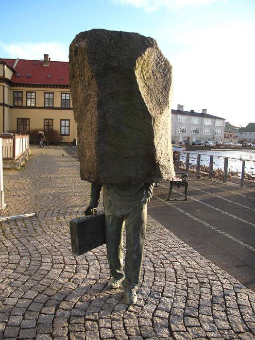 Bức tượng một công chức 'không tên' trên đường phố Iceland, có lẽ cũng để ngầm bày tỏ sự đồng cảm với nỗi vất vả và áp lực trong cuộc sống của con người, nhất là của người đàn ông.