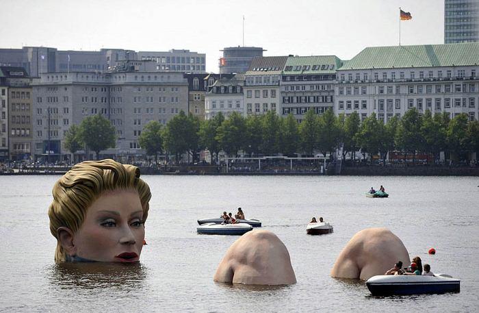 Tác phẩm thú vị và hơi 'sốc' cho người đi thuyền trên hồ Binnenalster tại Hamburg, Đức.