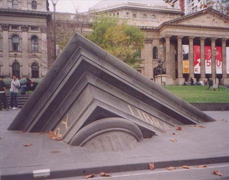 Một tòa nhà đã bị chìm xuống – tác phẩm phía trước thư viện trung ương tại Melbourne, Úc