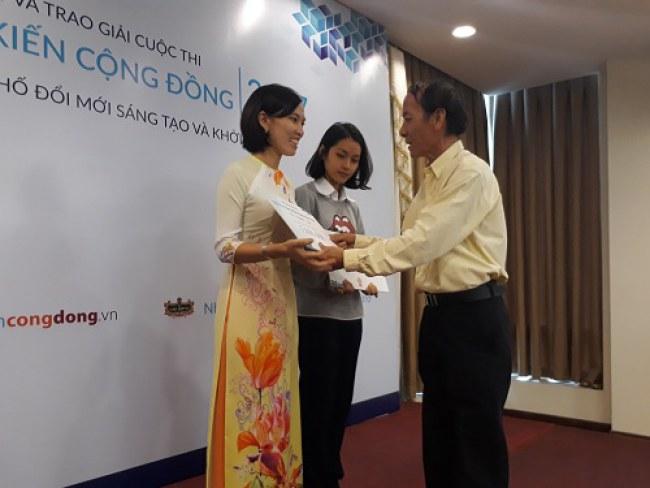 Cô Trịnh Thị Minh Hương, giáo viên trường THPT Phú Nhuận nhận giải Nhì dành cho hạng mục nhà sáng kiến cộng đồng. Ảnh: Hà Thế An.