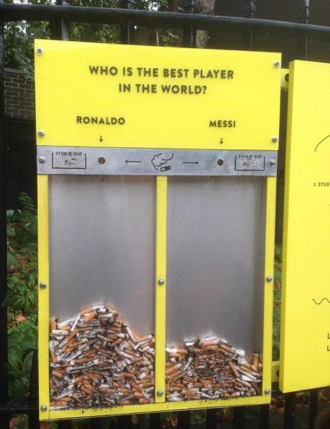 'Ronaldo & Messi, ai sẽ giành ngôi vương'?. Thùng rác này do một tổ chức từ thiện của Anh sáng chế ra để giảm tình trạng vứt đầu lọc thuốc lá bừa bãi. Họ thu hút người vứt rác qua một 'thùng phiếu' bằng đầu lọc thuốc lá đặt trong sân vận động, vậy là các fan của Ronaldo và Messi tích cực 'bình chọn', không cần phải nhắc nhở hay đưa hình phạt gì. Kết quả, Ronaldo thường có tỉ lệ 'thắng' cao hơn nhiều so với Messi.