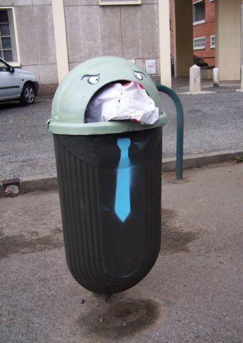 Một thùng rác đau khổ nhưng lịch sự với chiếc cà vạt đồng phục công sở khiến mọi người không thể không bật cười trên đường phố Bristol, Anh.
