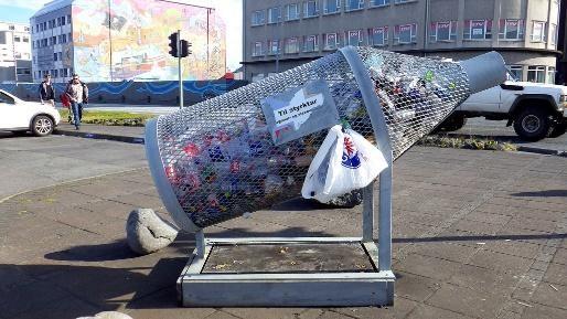 Chai để đựng rác thải chai lọ, quá lô-gíc phải không nào? Thùng rác đặc biệt này được đặt tại khu phố Reykjavik, Iceland.