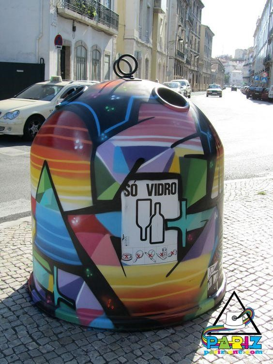 Một thùng rác đựng vỏ chai lọ ấn tượng khác được đặt trên đường phố Paris.