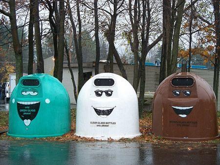 Còn đây là ba 'ông thùng rác' thân thiện như những người gác rừng tại bìa rừng khu vực Medina, bang Ohio, Mỹ. Chỉ với vài phác họa cơ bản, ba thùng rác này đã khác biệt, ấn tượng hơn nhiều và trở thành một trong những dấu ấn khó quên đối với mỗi người qua đây.