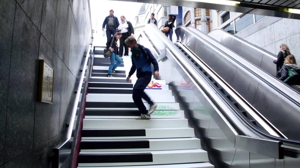 Trò chơi nhảy trên những phím đàn ở thang bộ -