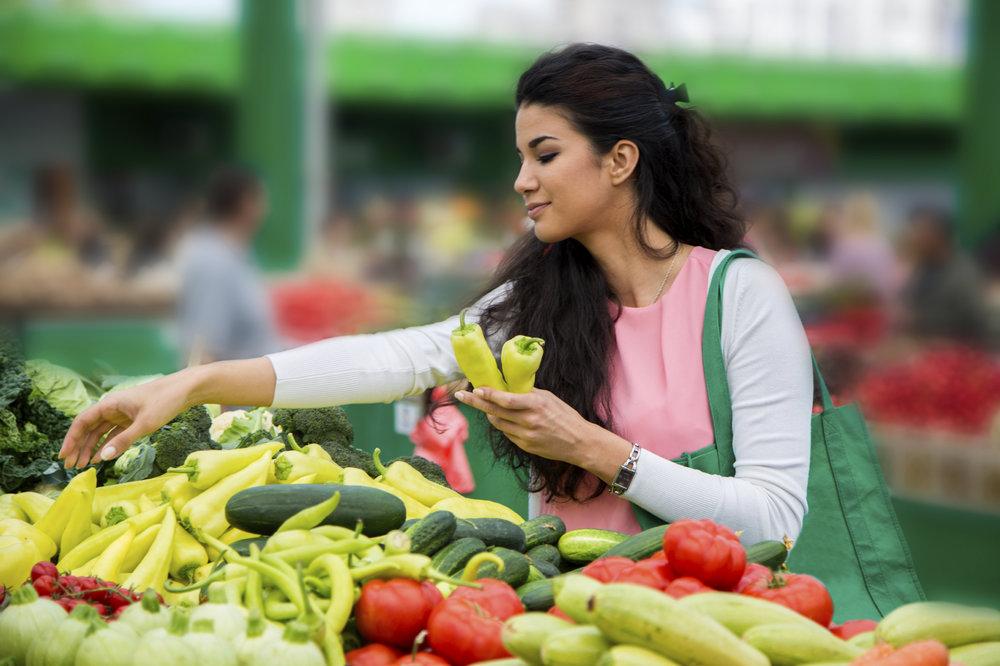 Chọn mua rau quả có vẻ ngoài không đẹp mắt -