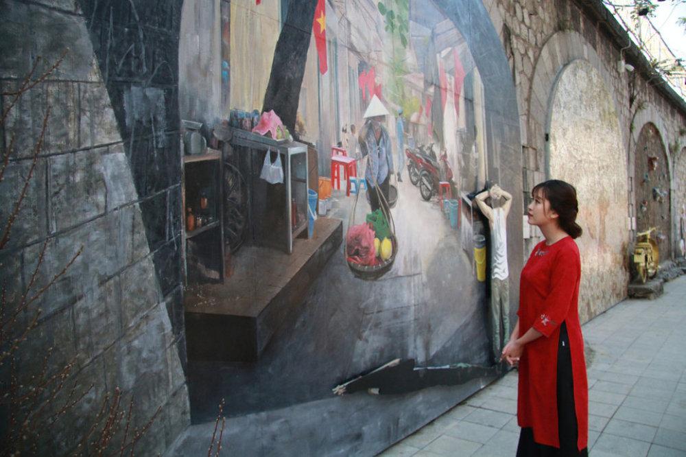 Những bức họa sống động như thật trên phố Phùng Hưng (Hoàn Kiếm, Hà Nội) bắt đầu được các họa sĩ Hàn Quốc và Việt Nam thực hiện trong gần 3 tháng - Ảnh: DANH TRỌNG