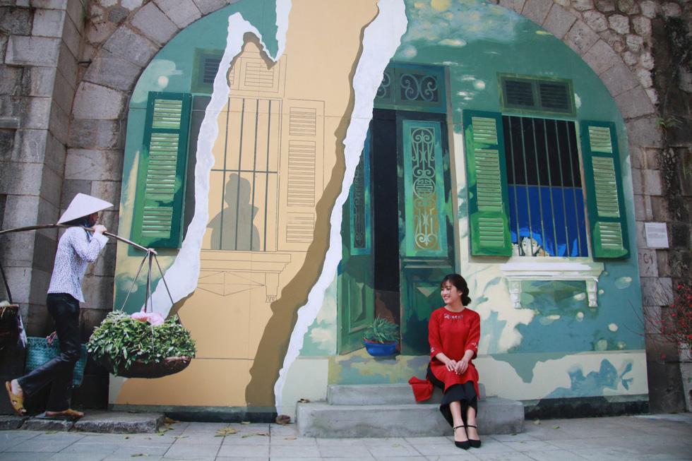 Sau gần 3 tháng thi công, các tác phẩm Bích họa vẽ trên vòm cầu ở phố Phùng Hưng đã được hoàn tất và khai trương vào tối 2-2 - Ảnh: DANH TRỌNG
