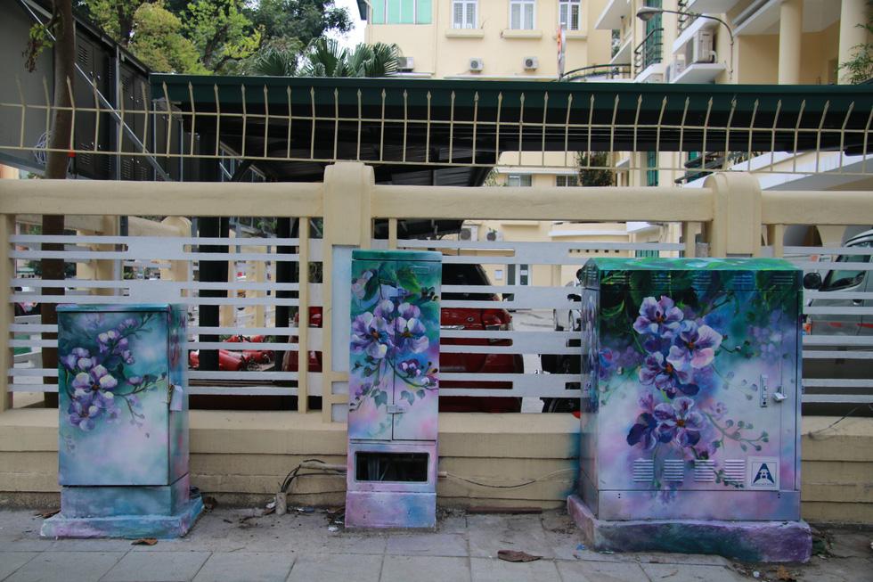 Nhiều bốt điện, tủ điện tại ngã tư Phan Chu Trinh – Lý Thường Kiệt được khoác áo mới – Ảnh: DANH TRỌNG
