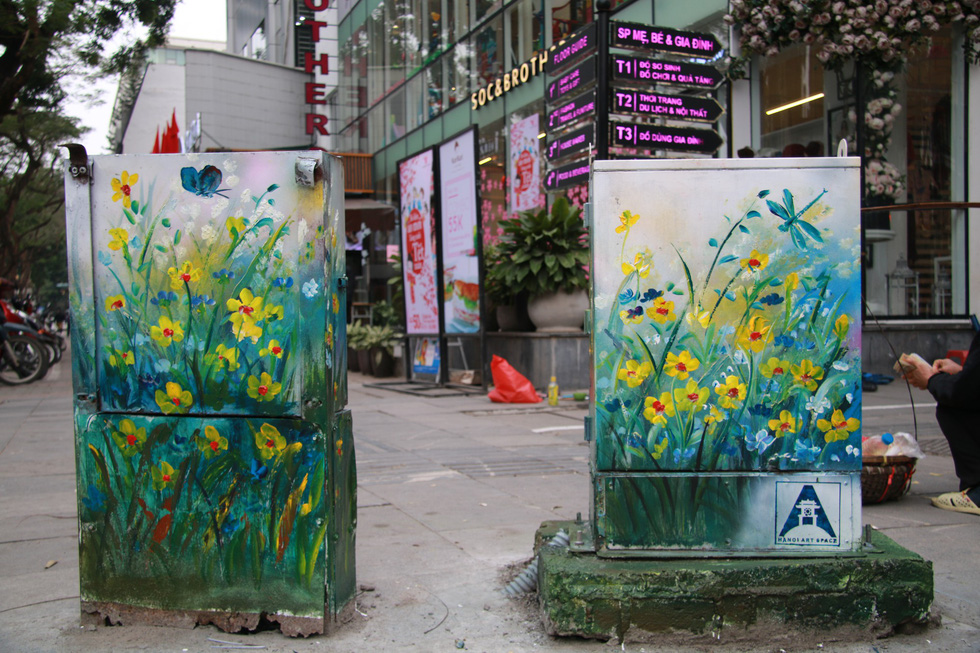 Nội dung tranh vẽ chủ yếu là thiên nhiên, hoa lá với màu sắc sinh động – Ảnh: DANH TRỌNG
