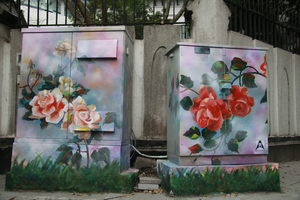 Những bông hoa hồng được vẽ lên bốt điện nghệ thuật – Ảnh: DANHTRỌNG