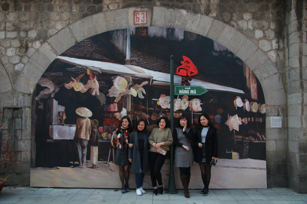 Phố bích họa đã thu hút rất nhiều du khách trong và ngoài nước đến thưởng lãm và chụp ảnh với các tác phẩm - Ảnh: DANH TRỌNG