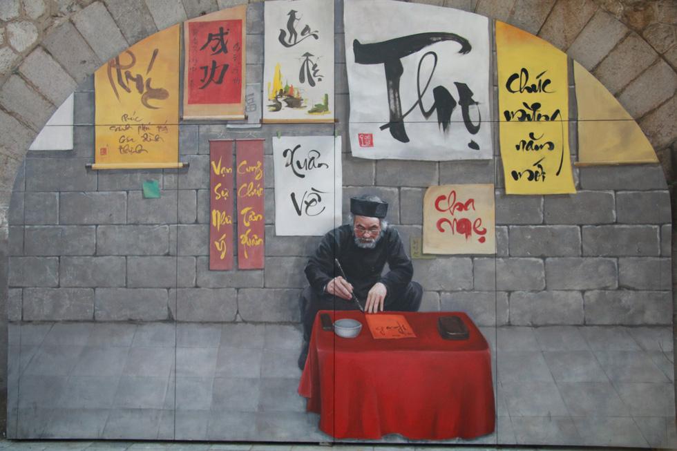 Tác phẩm ông đồ cho chữ được tái hiện tại phố bích họa - Ảnh: DANH TRỌNG