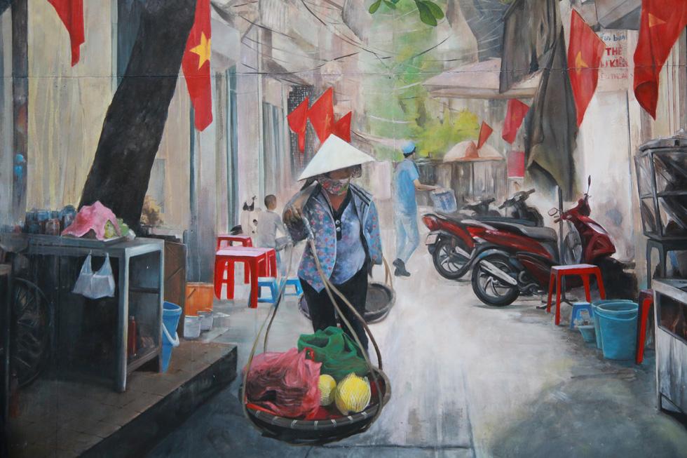 Hình ảnh gánh hàng rong trên một con ngõ nhỏ giữa khu phố cổ Hà Nội - Ảnh: DANH TRỌNG