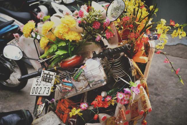 """Toàn bộ những thứ trang trí đều là vật dụng người ta đã bỏ đi, được anh Tuấn giữ lại và gắn lên chiếc xe của mình cho """"vui mắt""""."""