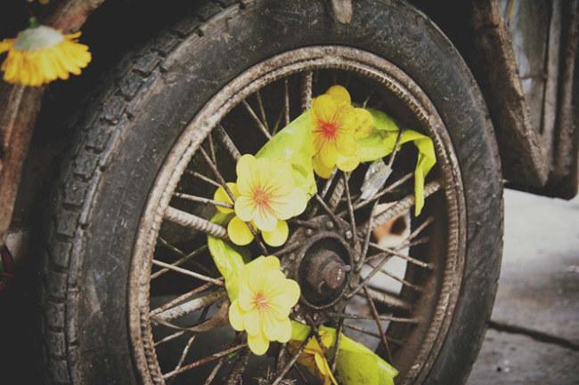 Ngay cả bánh xe cũng đầy hoa.