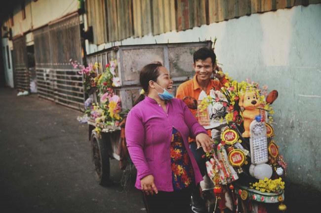 Mỗi ngày, chiếc xe không chỉ chở rác mà còn chở cả những nụ cười yêu đời của đôi vợ chồng trẻ.