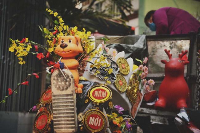 Vào dịp Tết và lễ Giáng sinh, chiếc xe của anh Tuấn sẽ càng trở nên nổi bật vì được trang trí theo chủ đề hẳn hoi. Vừa sang năm Mậu Tuất, anh đã gắn một chú chó nhặt được ngay trước đầu xe mình.