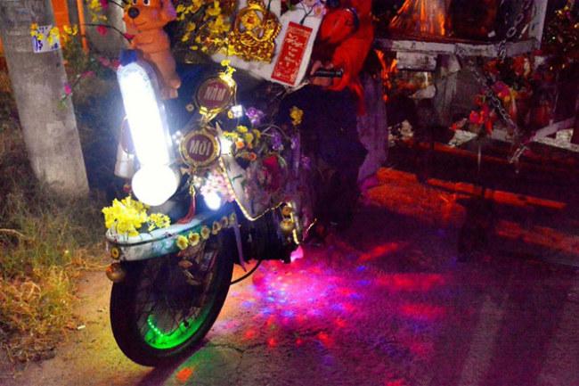 """Giữa Sài Gòn về đêm, chiếc xe lại càng lạ mắt hơn với rất nhiều đèn đỏ xanh chớp tắt liên hồi. Cũng vẫn thế, toàn bộ những thứ ấy đều là """"rác"""", được anh Tuấn giữ lại và mày mò """"trang điểm"""" cho con xe thân yêu của mình."""