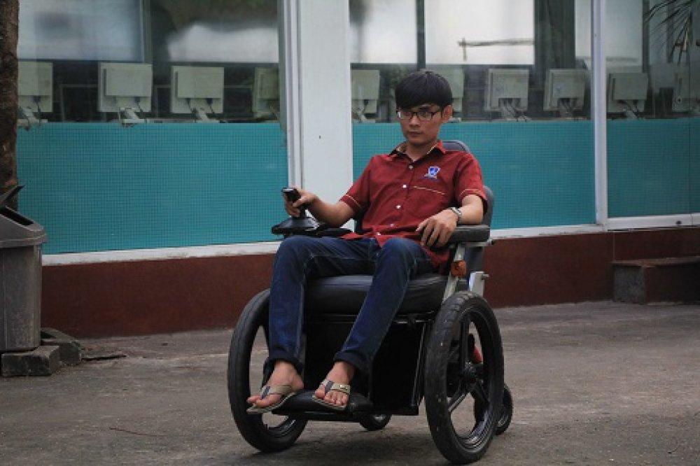 Một thành viên nhóm sáng chế đang chạy thử nghiệm sản phẩm xe lăn điện.