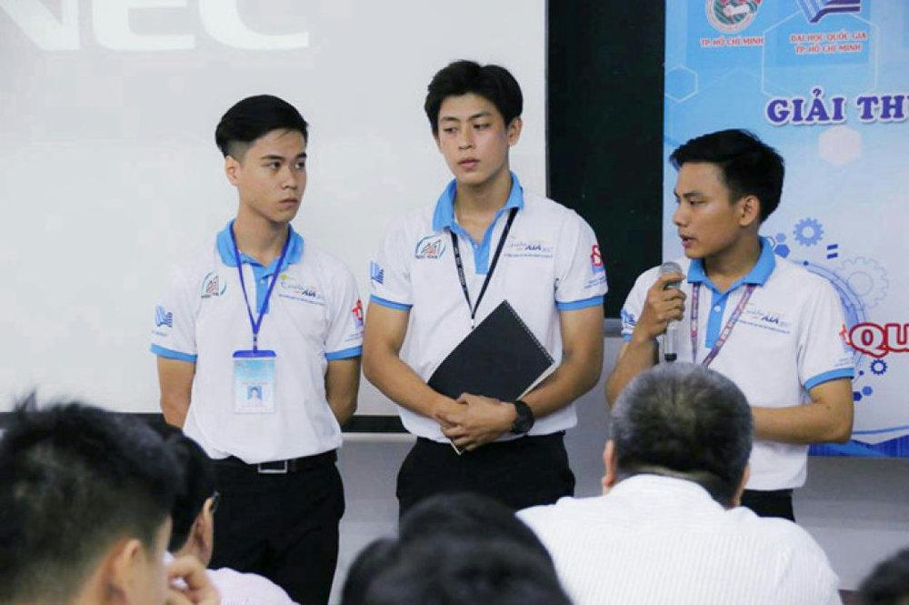 Nhóm tác giả thuyết trình về sản phẩm tại cuộc thi. Ảnh: NVCC